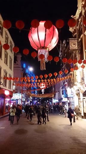 倫敦唐人街大紅燈籠高高掛