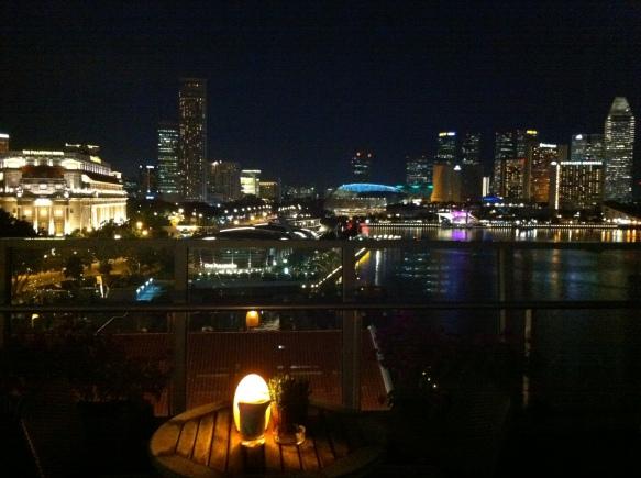 Lantern Bar 對著濱海灣,圖中最左手邊的金色建築物是 Fullerton Hotel (新加坡郵局前身),切勿不要搞錯!