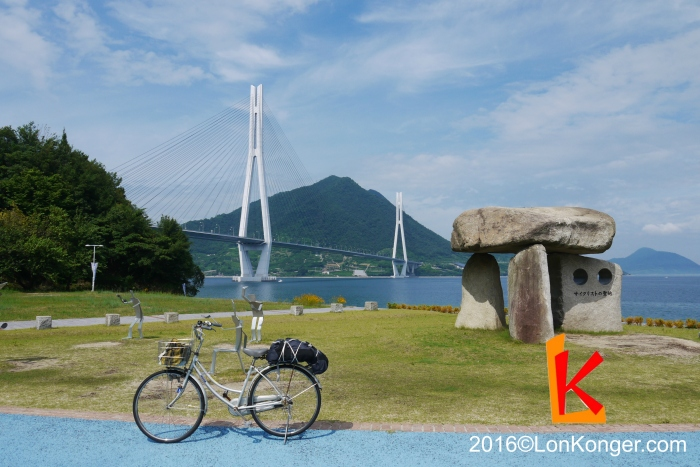 多多羅大橋下的單車手紀念碑,紀念島波海道與台灣日月潭自行車道締結為姊妹自行車道
