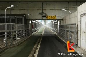 因島大橋下層,行人和單車走綠色一邊,電單車走黑色一邊